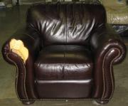 Ремонт мебели в Москве. Кожаное кресло до ремонта.