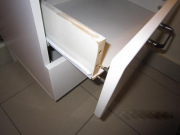 Ремонт мебели ванной. Ящик в ванной комнате тоже требует ремонта.