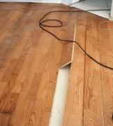 Ремонт пола из ламината. При ремонте пола из ламината, следует разобрать весь пол до места повреждения – начиная от ближайшего плинтуса – а затем, само собой, заменить деформированный и поврежденный участок.