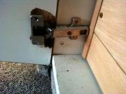 Ремонт шкафов на дому. Наиболее частая поломка - расшатывание и поломка петель на дверцах.