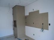 Ремонт трехкомнатной квартиры. Камин на кухне придаст интерьеру своеобразную изюминку.