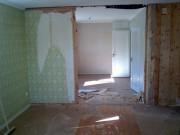 Ремонт в деревянной квартире. Стены и перегородки в деревянной квартире перед ремонтом должны быть хорошо очищены от предыдущего покрытия и хорошо выравнены.