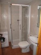 Ремонт ванная туалет под ключ. Установка душевой кабины в маленьких совмещенных санузлах значительно экономит пространство.