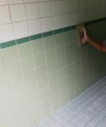 Ремонт ванной комнаты под ключ. Затирка швов после укладки плитки.