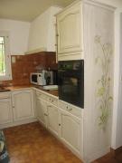 Реставрация кухонных фасадов. Украшенный цветочным орнаментом фасад кухни делает ее стильной и уютной.