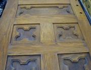 Реставрация старых дверей. Старая дверь из дерева с резьбой до реставрации.