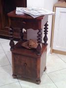 Реставрация тумбочки. Старинная тумбочка-этажерка и сейчас продолжает радовать нас своим изяществом.