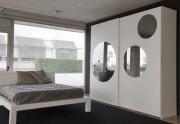 Резка зеркал на заказ. Оригинальное дизайнерское решение - круглые зеркала на дверцах шкафа.
