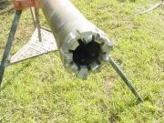 Роторное бурение скважин. Вращение долота осуществляется через бурильную колонну от ротора, расположенного на поверхности, с приводом от двигателя.