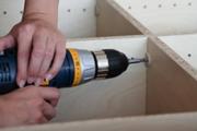 Сборка кухонной мебели. Сборка кухонной мебели осуществляется быстро при помощи профессионального инструмента.