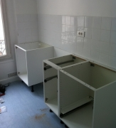 Сборщики кухонной мебели. Сборка кухонных столов и ящиков - частая работа наших мастеров.