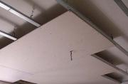 Сколько стоит ремонт квартиры. Установка навесных потолков тоже может стать частью ремонта.