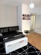 Сколько стоит ремонт однокомнатной квартиры. Зонирование в однокомнатной квартире при помощи различного полового покрытия.