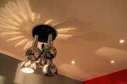 Смена проводки. За последние годы значительно выросла нагрузка на электропроводку в квартирах и домах, в результате чего к ней стали предъявляться более строгие требования в отношении безопасности.