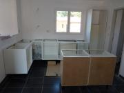 Собрать мебель. Сборка кухонной мебели требует знаний по подключению к канализации, системам водоснабжения и электричества.