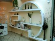 Стильный ремонт квартиры. Иногда вместо мебели можно сделать дизайнерские полки.