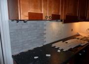 Стоимость кухни под ключ. Отделка стен кухни плиткой.