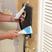 Стоимость ремонта квартиры в Москве. Процесс очистки поверхностей от старого покрытия -  один из самых трудных этапов при ремонте.