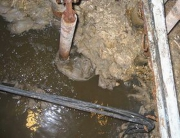 Течь канализации. Если труба повредилась от ржавчины, то нужно обязательно при первом случае заменить весь трубопровод.