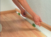Укладка ламината на деревянный пол. Завершающий этап укладки ламината - монтаж плинтусов.