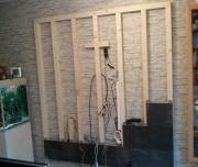 Укладка ламината на стены. За щитом из ламината можно скрыть провода. Это функционально и красиво.