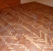 Уложить ламинат на деревянный пол. При помощи шлифовальной машинки убираются неровности, и особо следует обратить внимание на жесткость  пола.