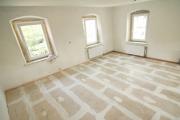 Услуги по ремонту квартир. Подготовка пола, его выравнивание и заделка щелей - обязательное условие перед укладкой нового напольного покрытия.