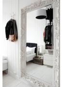 Установить зеркало. Большое зеркало с красивой рамой зрительно увеличивает помещение.