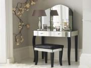 Установить зеркало. Зеркальный туалетный столик выглядит воздушно и стильно.