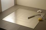 Установка душевого трапа. Металлический нержавеющий трап обеспечивает  сбор воды  в душевой кабине.