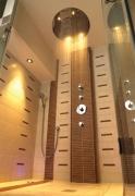 Установка душевой системы. Современные душевые кабины и боксы имеют  не только системы подачи воды и пара, но цветную подсветку, систему ароматизации.