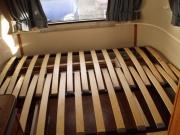 Установка кровати. Перед установкой кровати мастера собирают ортопедическое основание, которое используется в большинстве современных моделей.