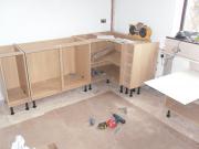 Установка кухонного гарнитура. Кухонный гарнитур в процессе сборки и установки. Профессионалы  готовы работать!