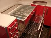 Установка кухонной мебели. Современные кухни оборудованы специальными внутренними ящиками для посуды и других необходимых вещей.