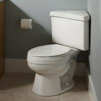 Установка приставного унитаза. Особая конструкция бачка приставного унитаза позволяет разместить унитаз в малогабаритном туалете