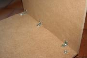 Установщик сборщик мебели. Соединения деталей шкафа уголками должны быть надежными.