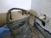 Устранение засора в ванной. Для устранения сложных засоров иногда требуется демонтаж оборудования.