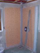 Устройство душевой. Душевая до ремонта. Подводка труб водоснабжения, подготовка стен перед облицовкой плиткой.