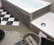 Ванная под ключ цена. Укладка плитки на пол в ванной комнате.