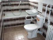Ванная под ключ в хрущевке. Совмещенная ванная после ремонта. Предусмотрены приспособления для удобного пользования ванной пожилым человеком.