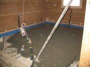 Выравнивание пола под ламинат. Выравнивание пола под ламинат может производиться и на бетонном основании, при этом можно воспользоваться вариантом бетонной стяжки.