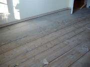 Выровнять деревянный пол под ламинат. Еще до выполнения стяжки стоит удостовериться в том, что все имеющиеся доски пола прикреплены к лагам достаточно надежно.
