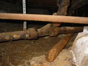 Замена чугунной канализации. Для демонтажа чугунной канализации необходима кувалда, болгарка с дисками маленького диаметра, необходим скарпель для того, чтобы можно было отжимать остатки старой трубы.