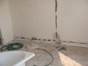 Замена электрики. При прокладывании новых трасс под  скрытую электропроводку необходимо штробление стен.
