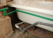 Замена канализации. Трубы из полипропилена менее жесткие по сравнению с трубами ПВХ, но они выдерживают большие температуры (до 80 С), потому хорошо подходят для прокладки внутренней системы канализации дома.