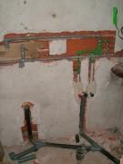 Замена канализационной трубы. Работы, выполняемые при замене труб канализаций, и их порядок не отличается от других похожих работ: это демонтаж, замеры и монтаж.