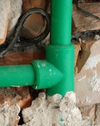 Замена труб канализации. При замене канализационных труб нужно обратить внимание на крепление и опоры труб из ПВХ.