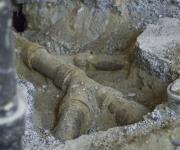 Заменить канализацию. Демонтаж старых чугунных труб лучше доверить опытным мастерам.
